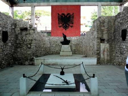 Zbulimi surprizues, çfarë gjendet poshtë varrit të Skënderbeut në Lezhë