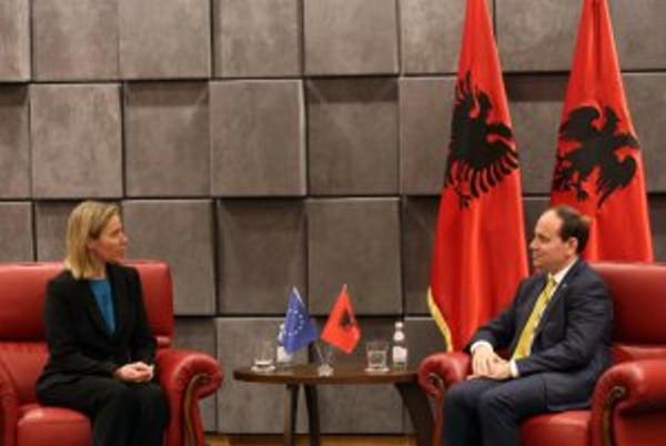 Mogherini mbërrin në Tiranë, takim me Nishanin në Presidencë. Ja axhenda