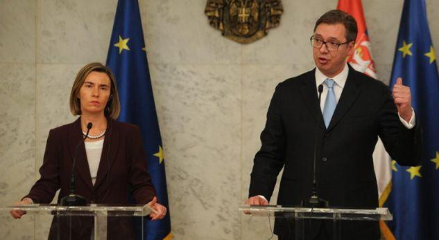 """Vuçiqit i """"dhemb"""" deklarata e Thaçit për Maqedoninë"""