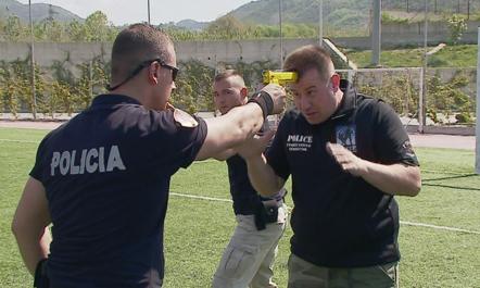Instruktori i SWAT që trajnon policët shqiptarë për dyluftimet (Video)
