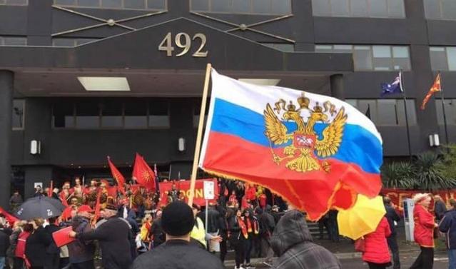 Rusët përkrah maqedonasve në protestat antishqiptare (FOTO)