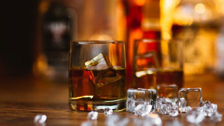 E pra ju pini PIJE ME AKULL: Çdo e katërta kube e akullit nëpër bare përmban BAKTERE FEKALE!