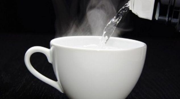 Konsumoni ujë të vakët në mëngjes