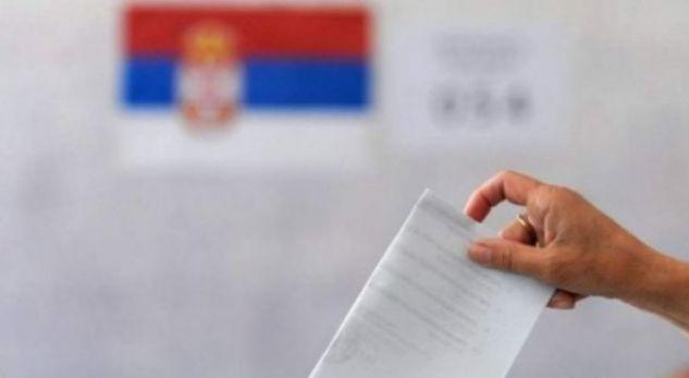 Persona me uniformë nga Serbia po monitorojnë zgjedhjet presidenciale serbe në Kosovë