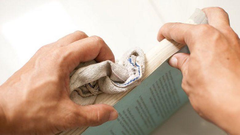 Si të pastroni njollat nga librat