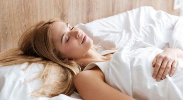 Këto janë 3 gabimet e përnatshme me gjumin që po ju plakin para kohe!