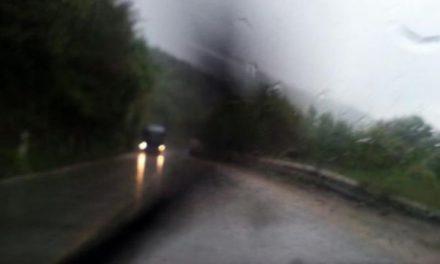 Vërshime nga shiu në rrugën Mavrovë-Kërçovë (Video)