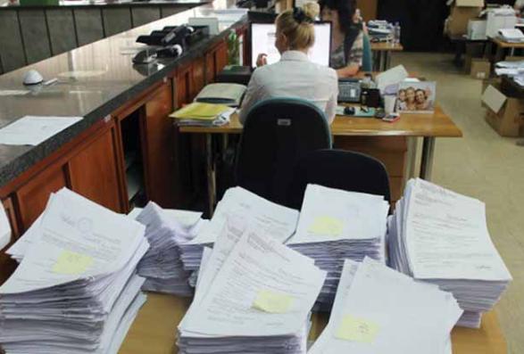 Të punësuarit në Qeveri me vite kanë marrë rrogë duke qëndruar në Shtëpi