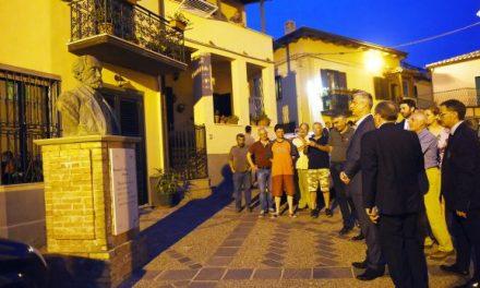 Thaçi vizitoi shtëpinë e De Radës dhe bëri homazhe te varri i tij (Foto)