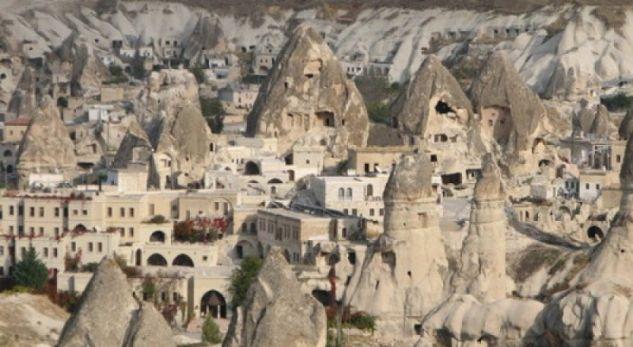Ky është fshati i pazakontë ku njerëzit jetojnë ende në… shpella! (Video)