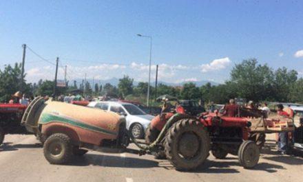 Bujqit e bllokojnë rrugën Rosoman – Prilep (Foto)