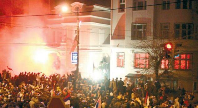Policët serbë akuzohen për djegien e ambasadës amerikane në Beograd
