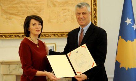 Thaçi dekoroi me Medalje Presidenciale ish-presidenten Jahjaga